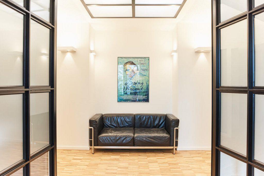 Sofa im Wartebereich | Praxis für Neurochirurgie und Spezielle Schmerztherapie