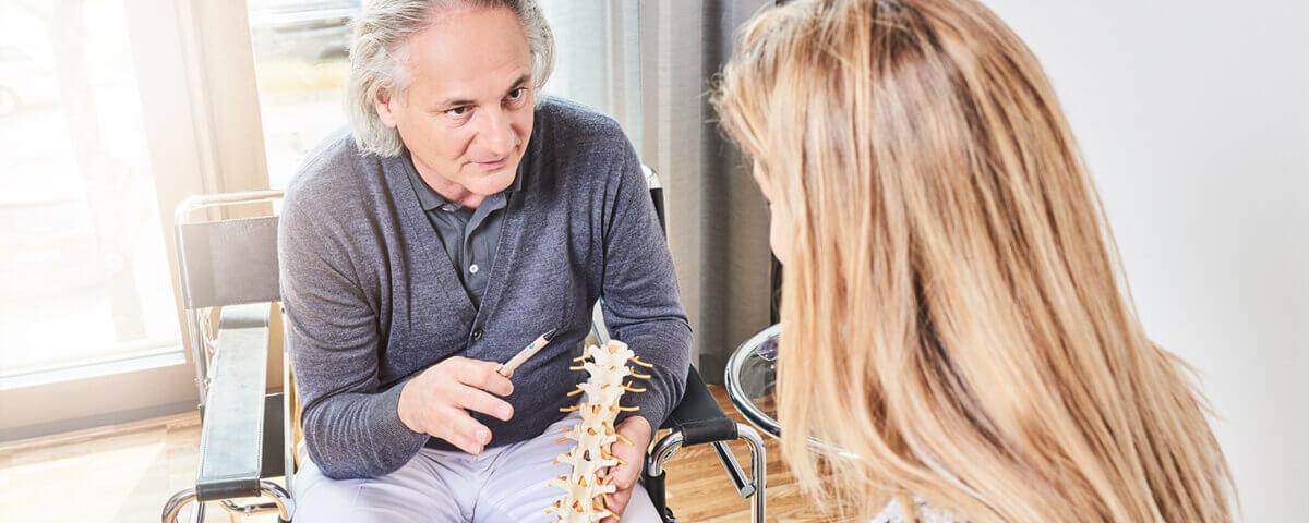 Dr. Gall im Gespräch mit einer Patientin